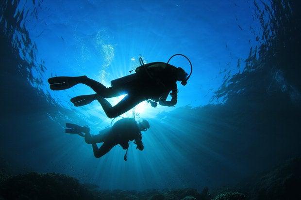couple scuba diving 133729032