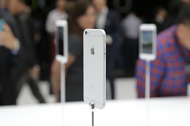 Apple iPhone 6 / 6 Plus on display in a gallery after the keynote [September 2014]