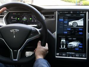 Tesla Model S 17-in infotainment screen