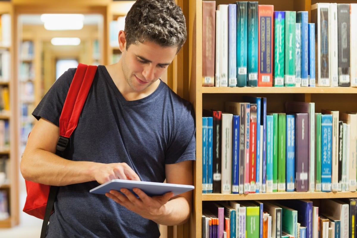 student with an ipad itunes u