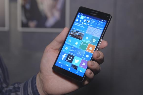 microsoft lumia 950xl hand