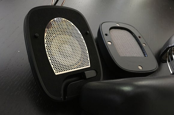 The B&W P7 Wireless have magnetic, replacable ear cups