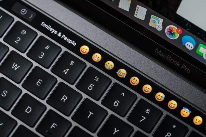 macbook pro late2016 review adam touchbar emoji1