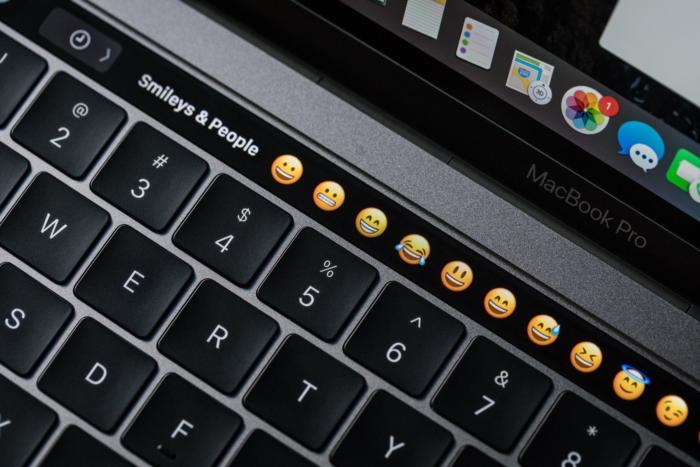 macbook pro late2016 review adam touchbar emoji1