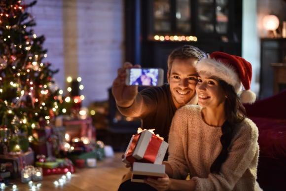 thinkstockphotos selfie christmas smartphone