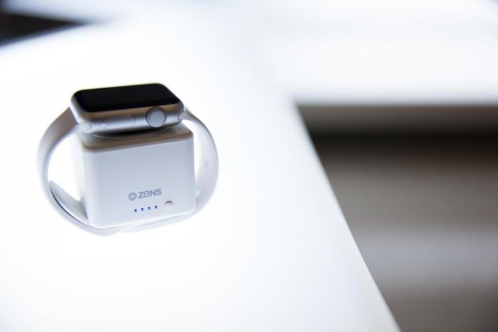zens apple watch powerbank white zepw01w lifestyle