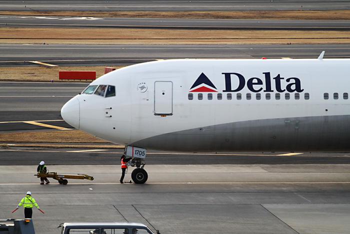 delta plane runway