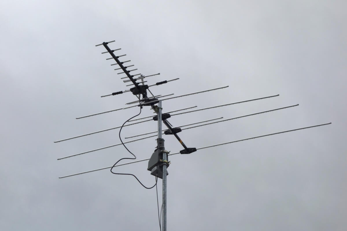 You should use a tv antenna even if you have cable here - Conector antena tv ...