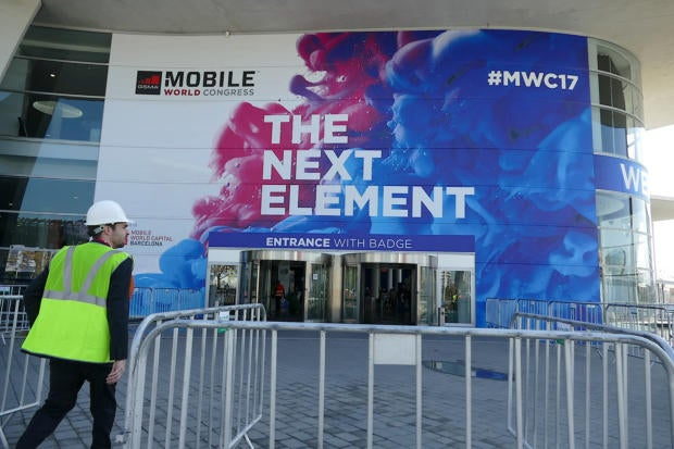 20170225 mwc 2017 barcelona show entrance with worker