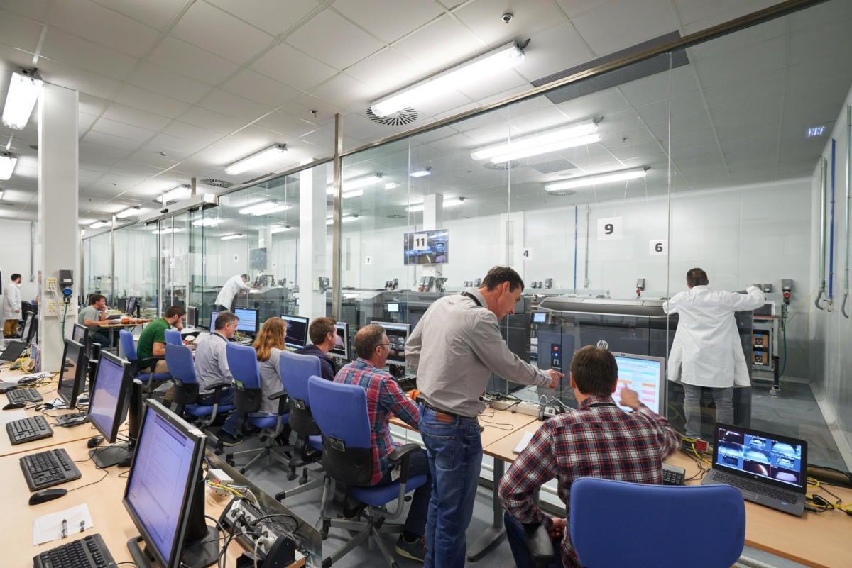 hp 3d printing lab w people 100661265 orig