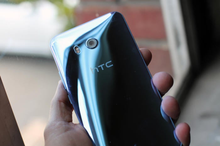 htc u11 rear close up 2